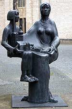 Das Reichsabtei-Denkmal vor der Münserjirche in Herford