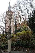 Denkmal der Äbtissin Elisabeth von Herford vor dem Herforder Münster