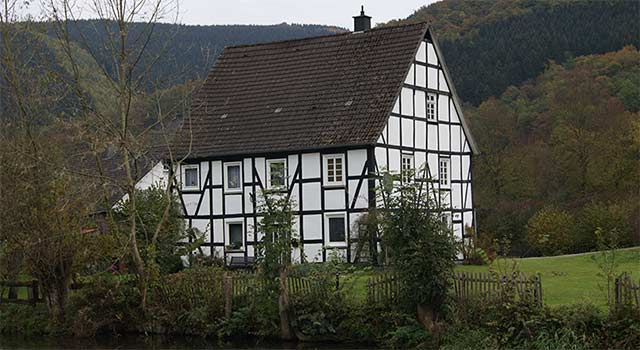 Altes Fachwerkhaus am Ufer der Lenne gegenüber dem Schloss Lenhausen