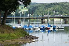 Segelboote bei Gut Kalberschnacke an der Listertalsperre