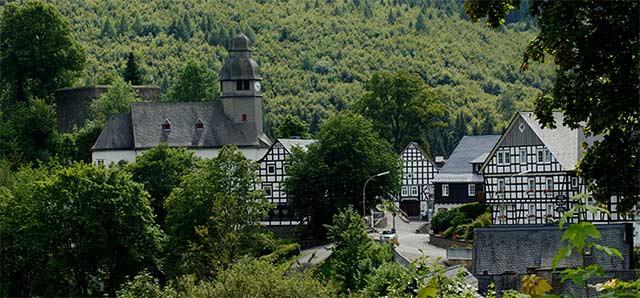 Blick auf Nordenau mit der Ruine des Bergfrieds der Burg Rappelstein