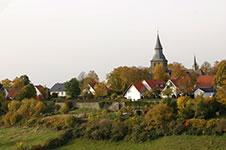Blick vom Stadtmauerweg in Rüthen auf die Johanneskirche