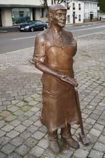 Bronzeskulptur eines Messerschmieds (Metzmeker) im Zentrum von Breckerfeld