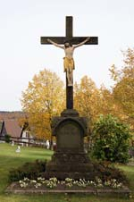 Kruzifix auf dem Kirchhof der St.-Clemens-Kirche in Kallenhardt