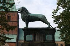 Replik des Braunschweiger Löwen vor dem Ratzeburger Dom