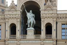 Statue des Niklot (Stammvater der Herzöge und Großherzöge von Mecklenburg) in der Frontfassade des Schweriner Schlosses