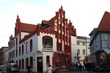 Die Ratsapotheke in Wismar hinter dem Rathaus