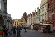 Altstadt von Wismar mit der St.-Nikolai-Kirche im Hintergrund