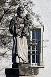 Heiligenfigur vor der Abteikirche Marienstatt