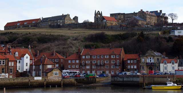 Der Hafen von Whitby mit Blick auf die Abbey