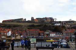 Blick über den Hafen auf Whisby Abbey
