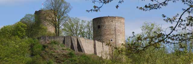 Blick aus dem Siegtal auf die Burganlage der Stadt Blankenberg
