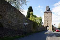 Stadtmauer mit Katharinenturm in Stadt Blankenberg