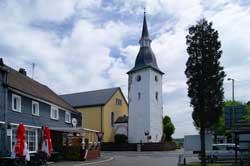 Ev. Kirche Drabenderhöhe unmittelbar an der Kreuzung der Brüderstaße mit der Zeithstraße