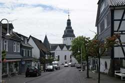 Die Hauptstraße in Nümbrecht mit Blick auf die ev. Kirche
