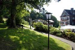 Wegezeiger neben Jagdhaus Wiese
