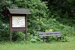 Info-Schild mit Ruhebank am Obernaustausee