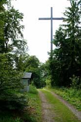 Das Holzkreuz oberhalb von Kapelle und Kalvarienberg