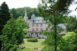 Blick von der Straße nach Erlinghagen auf die Gartenseite von Schloss Gimborn