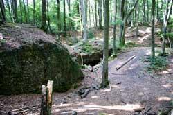 Das Höhlloch zwischen Hütte und Winkel