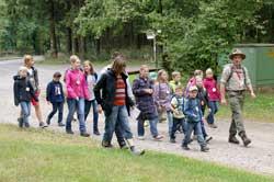 Ranger mit Grundschülern auf Exkursion am Rothaarsteig