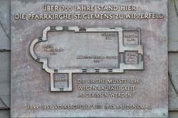 Bronzetafel an der ehemaligen Volksschule
