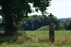 Steinernes Wegkreuz oberhalb von Heid