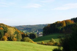Blick ins Tal auf die Pfarrkirche St. Agatha in Kapellensüng