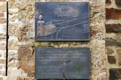Bronzetafeln an der Kirche in Thier