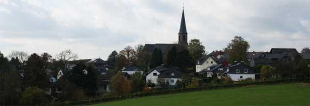 """Kreuzberg mit Pfarrkirche """"St. Johannes Apostel und Evangelist"""""""