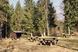 Rastplatz mit Schutzhütte nahe dem Wanderparkplatz Dollenbruch