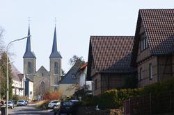 Die Alte Römerstraße mit Pfarrkirche St. Mariä Heimsuchung in Marialinden