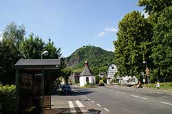 Blick über die Marienkapelle hinauf zum Drachenfels
