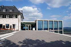 Restaurant mit dem neugestalteten Drachenfelsplateau in Königswinter