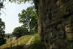 Der Bergische Weg entlang der Stadtbefestigung von Stadt Blankenberg