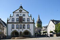 Das Briloner Rathaus mit der Probsteikirche St. Petrus und Andreas