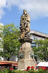 Der Petrusbrunnen auf dem Marktplatz in Brilon