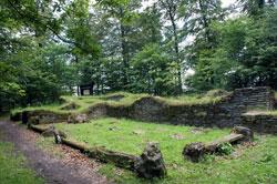 Tor und Fundamente einer Kapelle und eines Friedhofs aus dem 13. Jahrhundert auf Borbergs Kirchhof