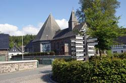 Blick vom Dorfplatz auf die Laurentiuskapelle in Küstelberg