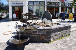 Moderner Stadtbrunnen in Winterberg an der Pforte