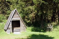 Schutzhütte mit Schnadestein an der früheren Grenze zwischen Winterberg und der ehemaligen Grafschaft Wittgenstein