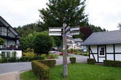 Zentraler Wegezeiger Dorfgarten Latrop