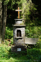 Der denkmalgeschützte Altarstein im Grubental bei Latrop