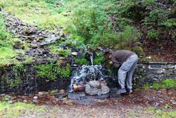 Wanderer löscht seinen Durst an der Sombornquelle