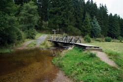 Holzsteg über den Schwarzbach