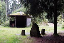 Schutzhütte mit Grenzsteinen auf dem Dreiherrnstein