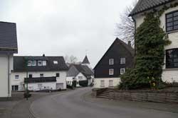 Blick auf Müllenbach mit der Ev. Wehrkirche