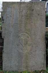 Alte Grabplatte an der Müllenbacher Wehrkirche