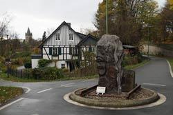 """Skulptur """"Zeitschienen"""" (2012) von den Künstlern Mirza Atug, Claudia Grabe, Giovanni Manica und Henry Schellenberg an der Brücke des Bahntrassenwegs über die Wupper"""