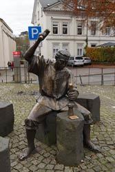 Das Münzschlägerdenkmal auf dem Marktplatz erinnert daran, dass die Grafen von von Berg ab 1275 etwa 100 Jahre lang in Wipperfürth Münzen prägen ließen
